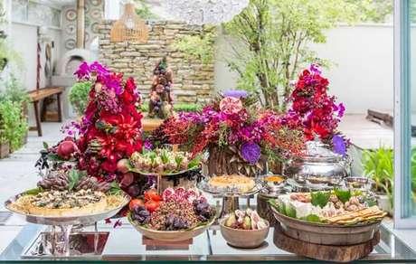 61. Mesa de natal decorada com frutas e flores e vermelhas – Por: Globo