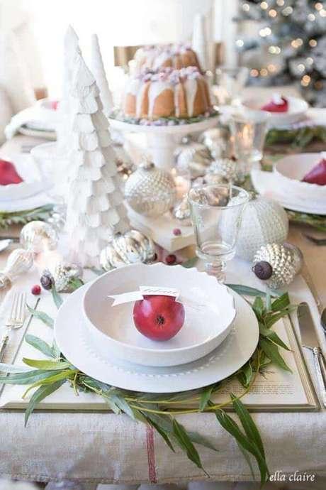 62. Mesa de natal decorada com frutas – Por: One Kindesign