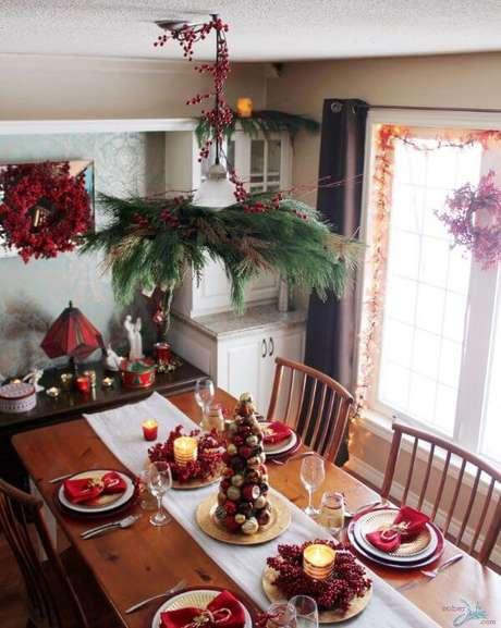 63. Mesa de natal decorada com frutas e detalhes em vermelho – Por: Sober Julie