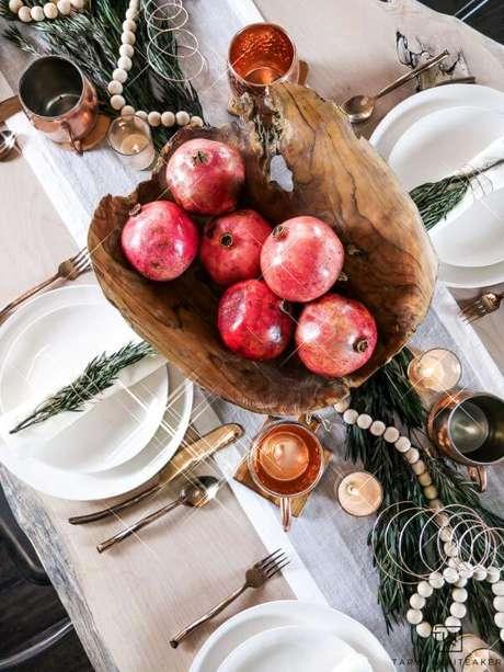 4. Mesa de natal decorada com frutas em uma linda fruteira de madeira – Por: Taryn Whiteaker