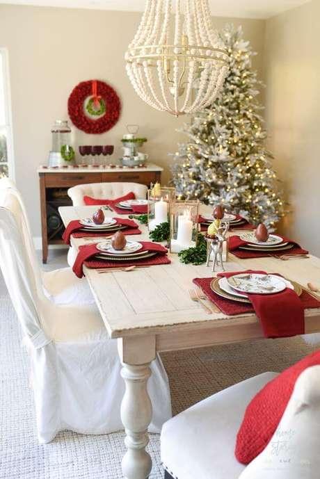 64. Mesa de natal decorada com vermelho e branco – Por: Home Stories Atoz