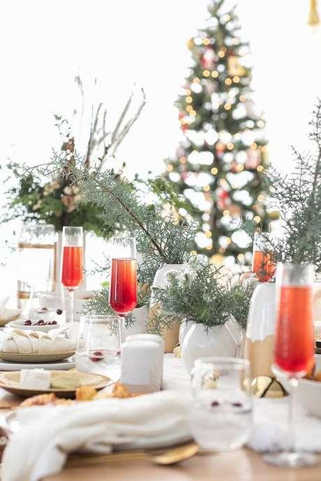 66. Mesa de natal decorada com vasos de plantas – Por: Country Living Magazine