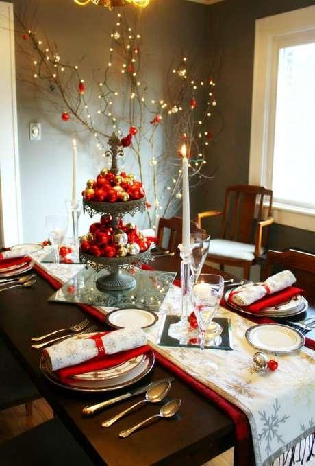 70. Mesa de natal decorada com vermelho e prata – Por: Craft Thyme