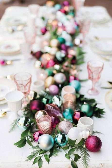 71. Mesa de natal decorada com enfeites de árvore de natal – Por: Home Beautiful