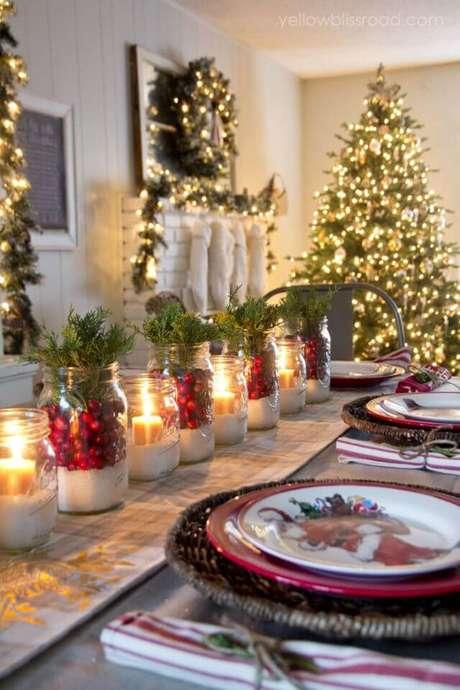 74. Mesa de natal decorada com velas e frutas vermelhas – Por: Pinterest