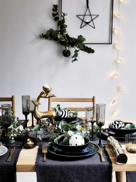 80. Mesa de natal preto e dourado – Por: Pinterest