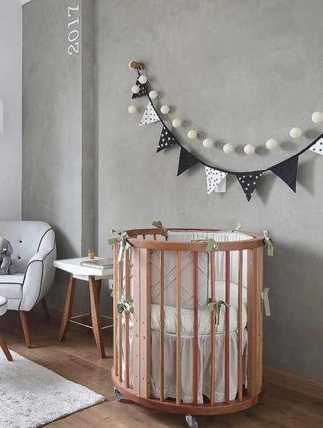 62. O quarto de bebê pode receber um acabamento especial com parede de cimento queimado. Fonte: Pinterest