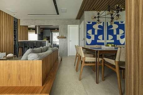 38. Para decoração do ambiente mobiliário neutro e parede de cimento queimado. Projeto por Alex Bonilha