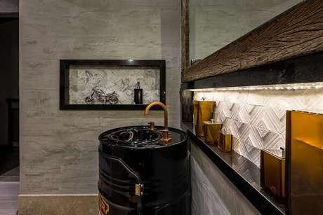 39. Para decorar o ambiente invista em uma cuba no tonel metálico e parede de cimento queimado. Projeto por Morar Mais Por Menos Goiânia 2017
