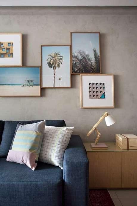 64. Parede de cimento queimado e quadros decorativos para a sala de estar. Fonte: Pinterest