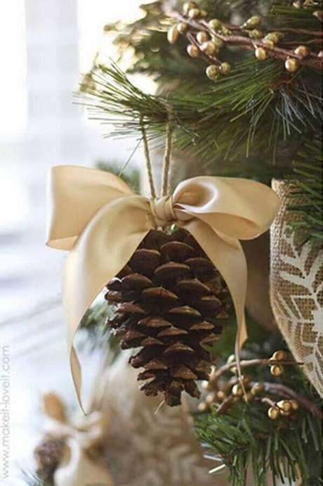 89. Pinha decorada com laço dourado para decoração de árvore de natal – Foto: Pinterest