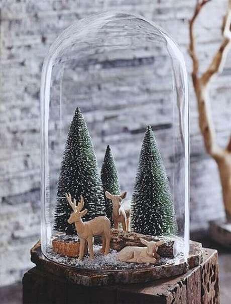 90. Redoma com decoração natalina delicada com mini pinheiros e renas – Foto: Nova68