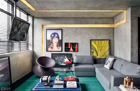 69. Sala de estar ousada e criativa com parede de cimento queimado. Fonte: Decor Alternativa