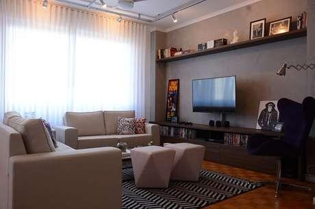 53. Sala de TV com parede de cimento queimado. Projeto por Nathalia Bilibio Schwinn