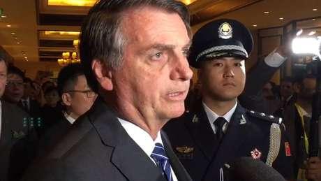 Jair Bolsonaro concede entrevista a jornalistas brasileiros ao chegar à China em visita oficial