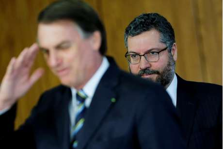 Bolsonaro e chanceler Ernesto Araujo participam de evento no Planalto 4/6/2019 REUTERS/Adriano Machado