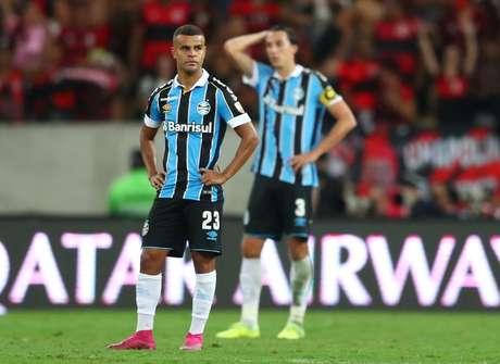 Jogadores do Grêmio lamentam o quarto gol do Fla.