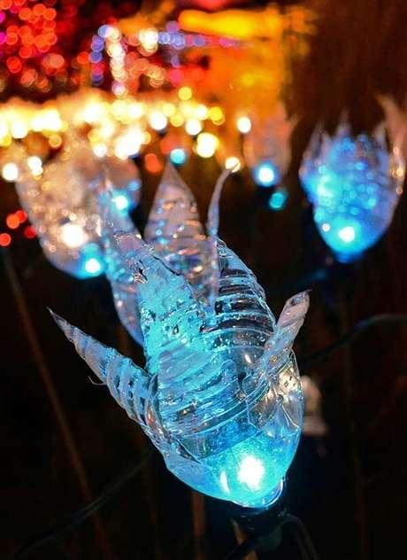 80. Como fazer enfeites de natal com garrafa PET transparente e pisca-pisca colorido. Fonte: Pinterest