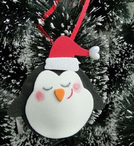 63. Como fazer enfeites de natal com EVA formando um lindo pinquim natalino. Fonte: Pinterest