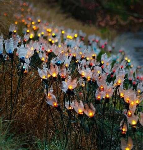 65. Como fazer enfeites de natal com flores de PET e pisca-pisca. Fonte: Pinterest
