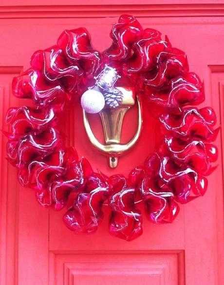 79. Como fazer enfeites de natal para porta com PET. Fonte: Pinterest