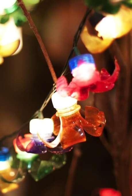2. Como fazer enfeites de natal com garrafa PET e luzes pisca-pisca. Foto: Pinterest