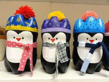 26. Enfeites de natal com garrafa PET com desenho de pinguim. Foto: Joan Didion