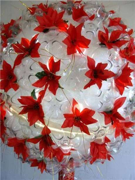 29. DIY natal com garrafa PET e flores falsas. Foto: Pinterest