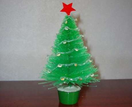 49. Você pode fazer o seu DIY natal e ter uma mini árvore de mesa de garrafa PET. Foto: Expresso das Ilhas