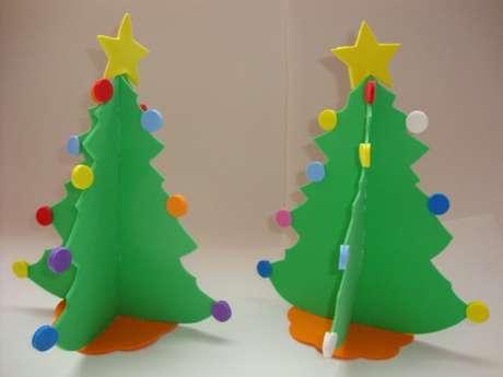 36. Enfeites de natal em EVA árvores de mesa com bolinhas coloridas. Foto: Lorrels