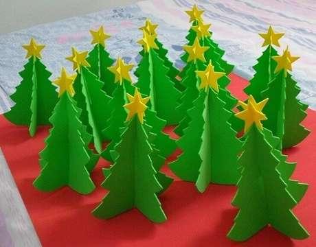 32. Mini árvores de natal feitas com EVA. Foto: Brow Picz