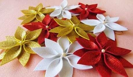 33. Enfeites de natal em EVA com glitter. Foto: Lele Artesanatos