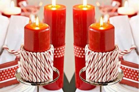 42. Como fazer enfeites de natal feitos com velas e caramelos coloridos ao redor. Foto: VIX
