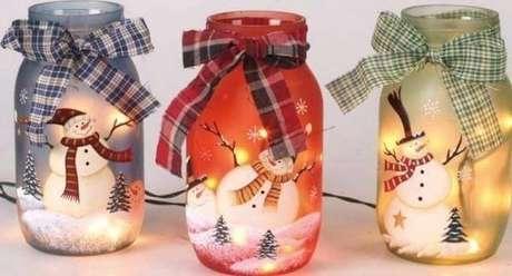 59. Como fazer enfeites de natal com velas e potes de vidro com desenhos de bonecos de neve. Foto: Firepont