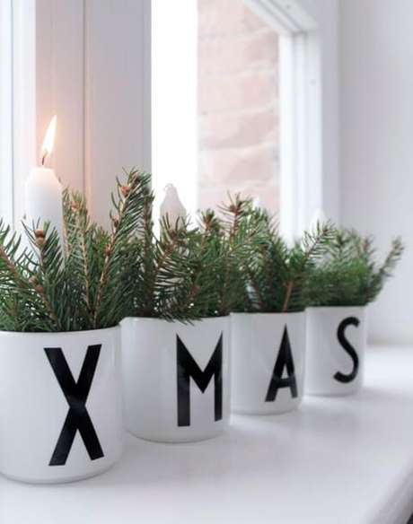 21. Com algumas canecas, folhas, fita ou caneta preta e umas velas você pode criar lindos enfeites de natal. Foto: El Tarro de Ideas