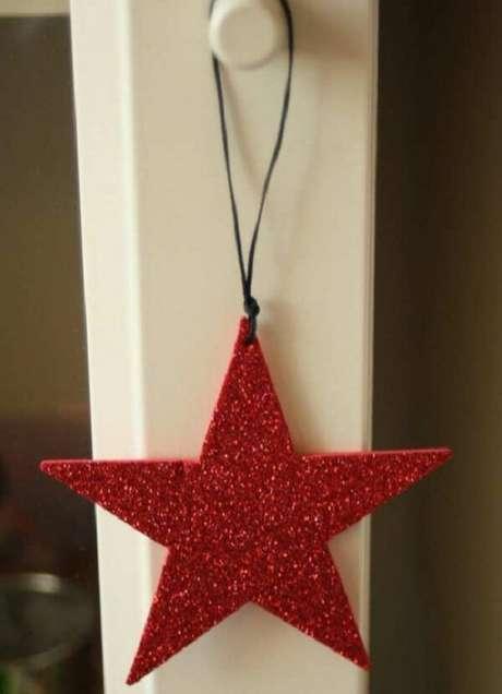 72. Como fazer enfeites de natal com EVA vermelho. Fonte: Pinterest