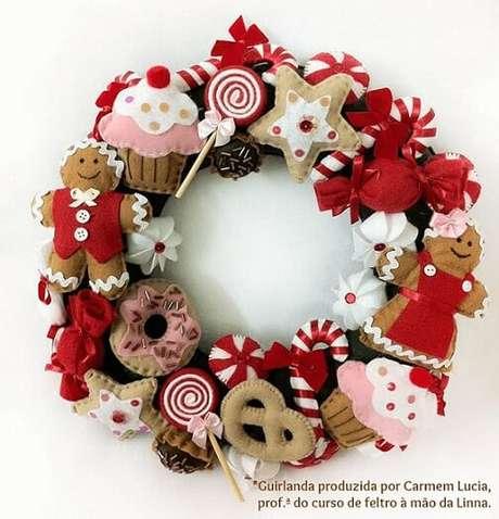 50. Guirlanda de natal com doces feitos de feltro. Foto: Lojas Linna