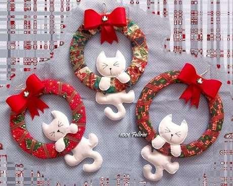 53. Como fazer enfeites de natal em feltro com gatinhos brancos. Foto: 1001 Feltros