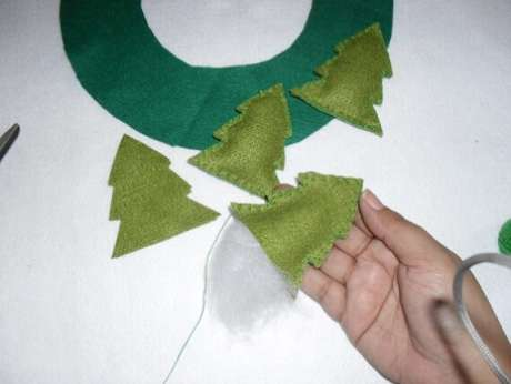 19. Se quiser, você pode fazer mini pinheiros de feltro para acompanhar a sua guirlanda. Foto: Vila Mulher