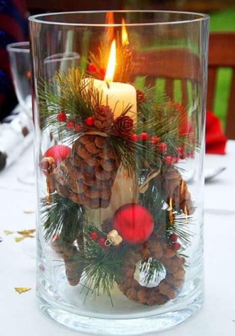 1. Separe um vidro transparente grande e coloque internamente vários enfeites natalinos. Fonte: Pinterest