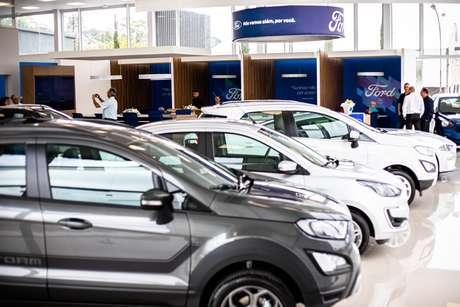 Show room da Ford Econorte: carros separados por segmento.