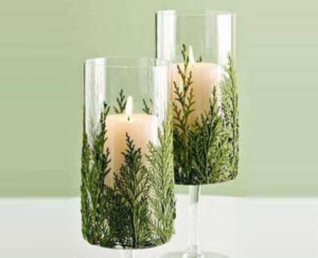77. Taças decoradas com folhas dão um toque natalino. Fonte: Pinterest