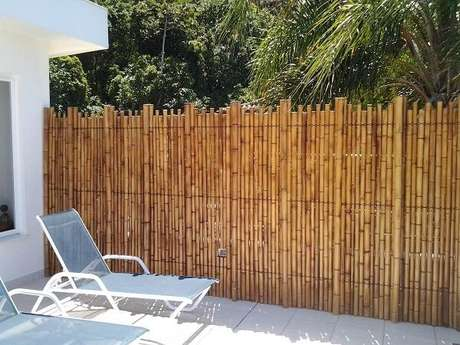 16. Utilize uma cerca de bambu para delimitar a área da piscina. Fonte: Pinterest