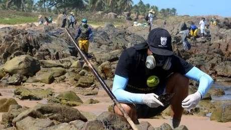 Voluntários limpam o óleo nas praias do Nordeste