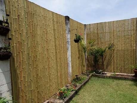 19. Jardim externo delimitado com cerca de bambu. Fonte: Pinterest