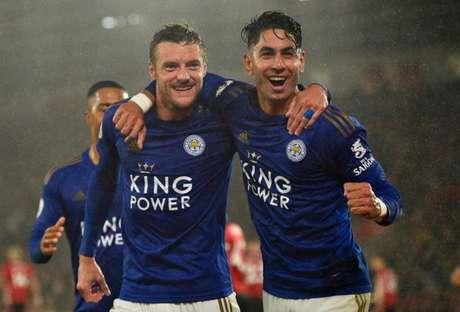 DUPLA INFERNAL: Vardy e Ayoze Pérez levaram bolas do jogo para casa (Foto: GLYN KIRK / AFP)