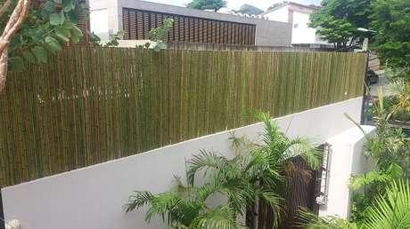 18. O terraço dessa casa recebeu o acabamento com cerca de bambu. Fonte: Pinterest