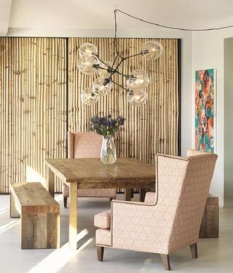 21. A cerca de bambu decora o ambiente da sala de jantar. Fonte: Pinterest
