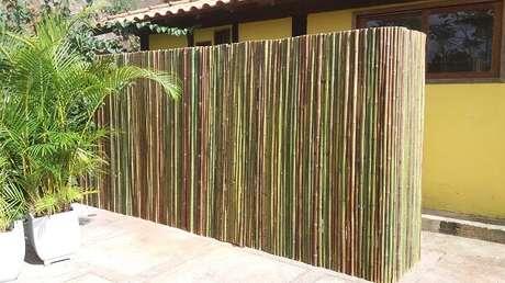 23. A cerca de bambu fixada separa diferentes ambientes do imóvel. Fonte: Pinterest