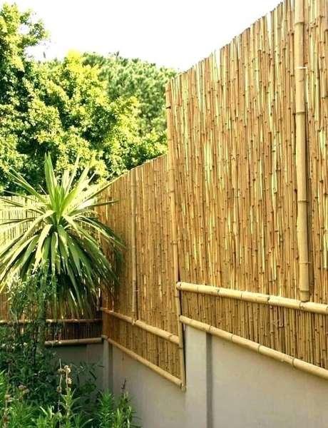 25. A cerca de bambu foi instalada em diferentes níveis nessa propriedade. Fonte: Pinterest